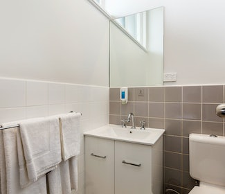 braybrook accommodation studio queen bathroom ashley hotel nightcap