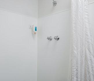 Derwent park accommodation studio king bathroom carlyle hotel nightcap