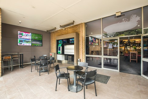 coolaroo accommodation outdoor bistro area 1 nightcap at coolaroo hotel