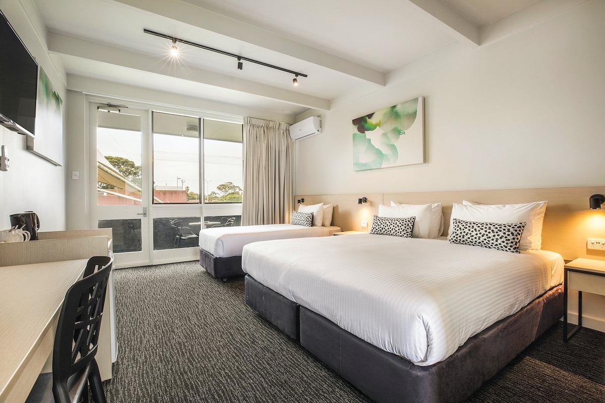 Nightcap_at_Seaford_Hotel.jpg