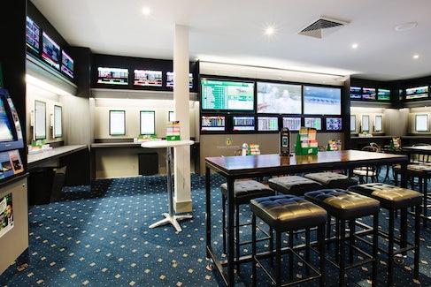 Sports Bar at Shoppingtown Hotel