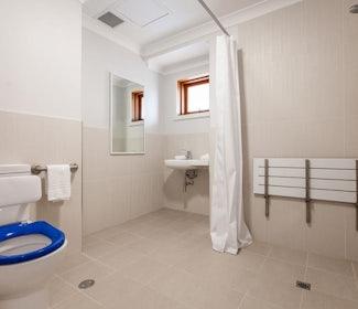 busselton accommodation nightcap at the ship inn one bedroom apartment bathroom