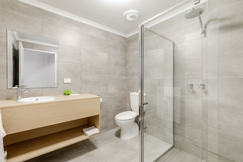 Ensuite Bathroom in Studio Apartment at Nightcap at Findon Hotel