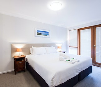 busselton accommodation nightcap at the ship inn one bedroom apartment main bed
