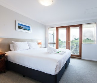 busselton accommodation nightcap at the ship inn one bedroom apartment main bed side