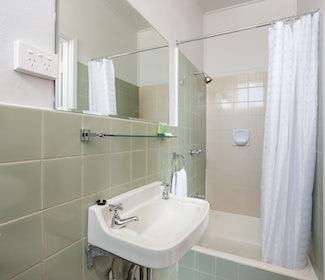 Emerald accommodation two bedroom bathroom Emerald Star Hotel Nightcap