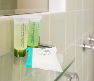 Emerald accommodation studio queen bathroom Emerald Star Hotel Nightcap